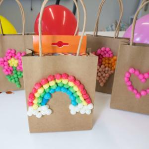 Mitgebsel für den Kindergeburtstag und Geschenktüten verzieren mit PlayMais®