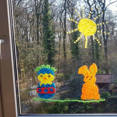 Kreative Beschäftigung für Kinder: Bunte Fenstermotive basteln